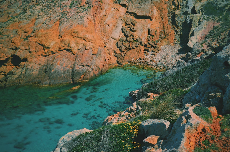 Vista aerea delle acque cristalline e del paesaggio unico di Arenal d'en Castell, Minorca, Spagna.