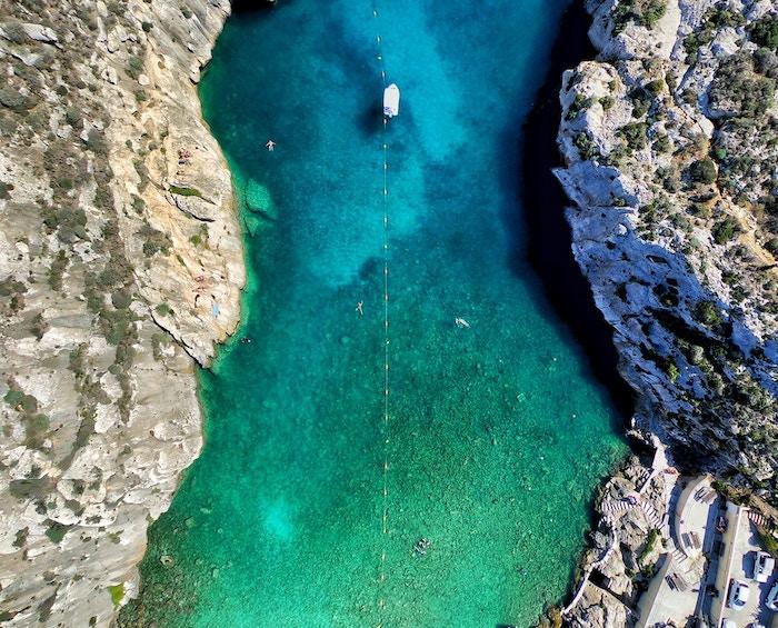 vista aerea di una barca sulla baia di Malta