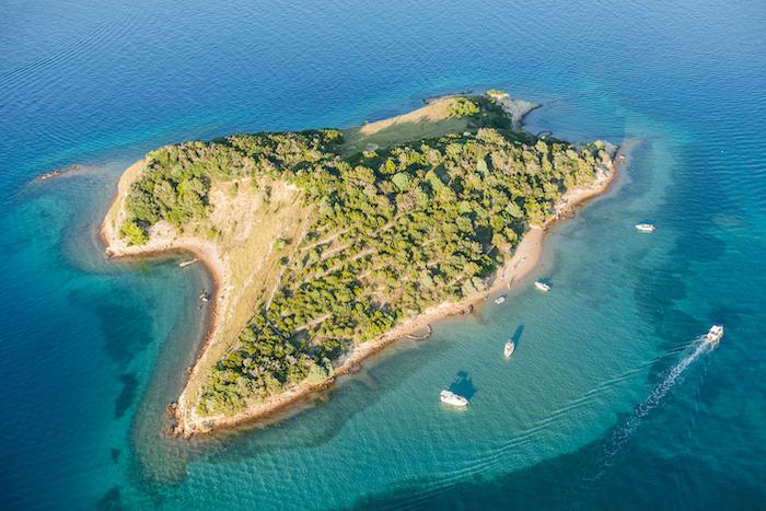 barche all'ancora su un'isola in Croazia