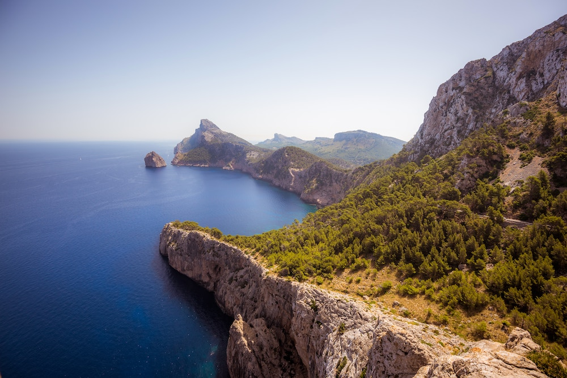 Veduta aerea della costa di Maiorca durante la stagione velica estiva