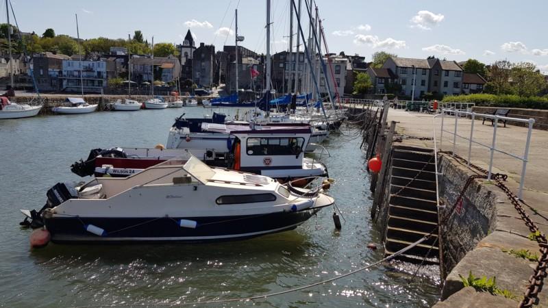 Tipi di barche a motore e barche a vela in porto attraccate