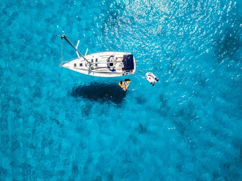 Barca vela dall'alto
