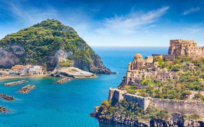 L'isola di Ischia è situata in Campania, nel Golfo di Napoli