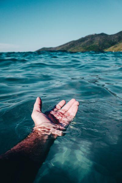Gesto ecosostenibile nell'acqua